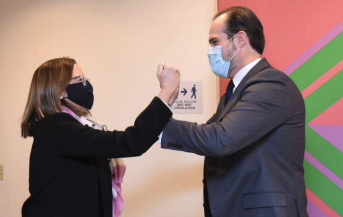 Momento de encuentro ente el presidente del BID, Mauricio Claver-Carone, y la ministra de Relaciones Exteriores de El Salvador, Alexandra Hill. [Foto: Cortesía de la Cancillería de El Salvador].