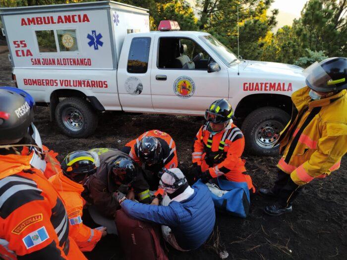 Rescatan a turistas con señal de hipotermia en volcán Acatenango